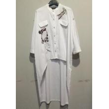 白色长衬衫