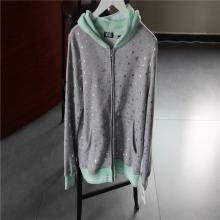 浅灰色拼浅绿色连帽休闲外套
